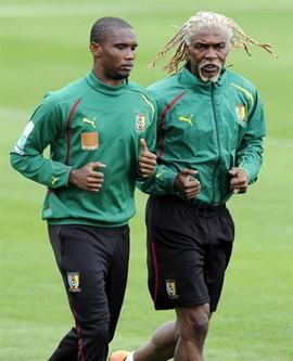Самуэль ЭтоО и Ригобер Сонг на тренировке сборной Камеруна