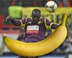 Москвич из VIP-сектора запустил бананом в очередного игрока Анжи
