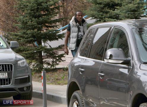 Сейду Думбия идет в свои апартаменты в Москве