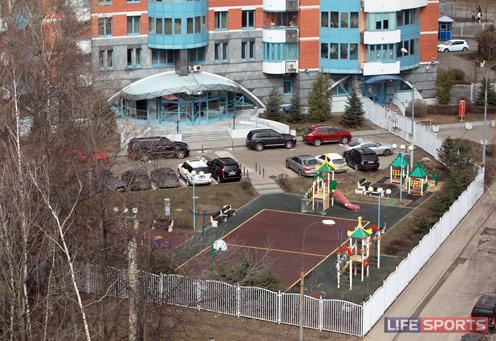 На территории дома Это О есть хорошая игровая площадка для детей